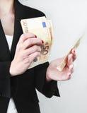 Mano de la mujer con las cuentas euro Imágenes de archivo libres de regalías
