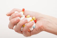 Mano de la mujer con las píldoras en ella Fotografía de archivo