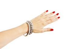 Mano de la mujer con los brazaletes de plata Fotos de archivo libres de regalías