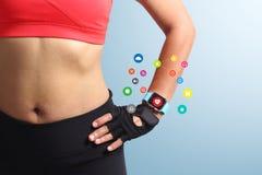 Mano de la mujer de la aptitud con el smartwatch de la pantalla táctil de la banda de reloj que lleva Imágenes de archivo libres de regalías