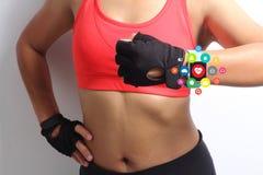 Mano de la mujer de la aptitud con el smartwatch de la pantalla táctil de la banda de reloj que lleva Fotos de archivo libres de regalías