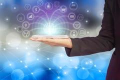 Mano de la mujer de negocios que conecta con el teléfono elegante usando Internet para los medios sociales imagen de archivo