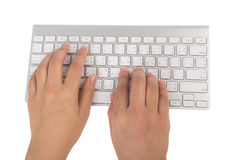 Mano de la mujer de negocios que mecanografía en el teclado del ordenador portátil (con c Foto de archivo libre de regalías