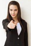 Mano de la mujer de negocios que señala adelante con sonrisa amistosa Fotografía de archivo libre de regalías