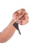 Mano de la mujer del afroamericano que lleva a cabo un clave de la casa Foto de archivo