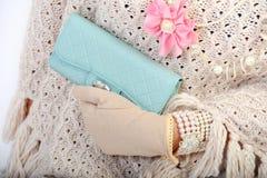 Mano de la mujer elegante con el monedero de los azules Imagen de archivo libre de regalías