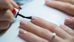 Mano de la mujer en el tratamiento de la manicura en salón de belleza Salón de belleza Fotos de archivo