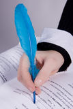 Mano de la mujer joven que sostiene una canilla azul imagen de archivo libre de regalías