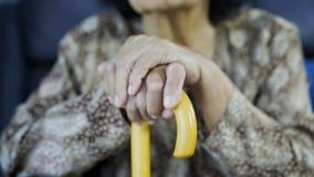 Mano de la mujer mayor con el bastón almacen de metraje de vídeo