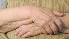 Mano de la mujer mayor con la piel arrugada almacen de video