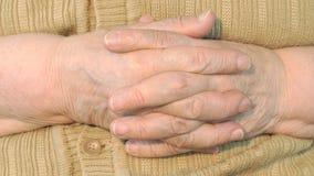 Mano de la mujer mayor con la piel arrugada metrajes