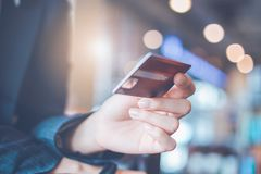 Mano de la mujer de negocios que sostiene una tarjeta de crédito Imagen de archivo libre de regalías