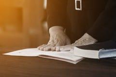Mano de la mujer puesta en la biblia Fotos de archivo libres de regalías