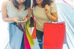 Mano de la mujer que comprueba para saber si hay tratos que hacen compras en línea imagen de archivo