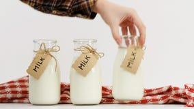 Mano de la mujer que elige el surtido del mercado de leche Imagenes de archivo