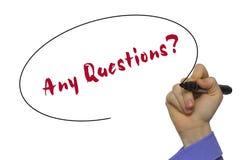 ¿Mano de la mujer que escribe preguntas? en ingenio transparente en blanco del tablero Fotografía de archivo