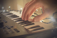 Mano de la mujer que juega el teclado de Midi del piano o del electone, la llave blanca y negra del sintetizador musical electrón Imagen de archivo libre de regalías