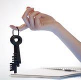 Mano de la mujer que lleva a cabo claves retros Imagen de archivo libre de regalías