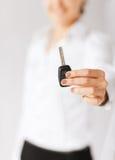 Mano de la mujer que lleva a cabo llave del coche Imágenes de archivo libres de regalías