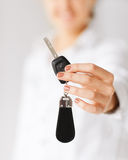 Mano de la mujer que lleva a cabo llave del coche Foto de archivo libre de regalías