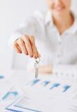 Mano de la mujer que lleva a cabo llaves de la casa Imagen de archivo