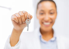 Mano de la mujer que lleva a cabo llaves de la casa Foto de archivo