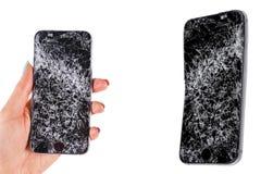 Mano de la mujer que lleva a cabo la pantalla quebrada y daños del smartphone móvil moderno dos Teléfono móvil estrellado y rasgu fotos de archivo