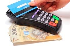 Mano de la mujer que paga con la tarjeta de crédito sin contacto, tecnología de NFC fotos de archivo