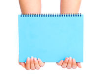 Mano de la mujer que sostiene el papel en blanco azul Fotografía de archivo libre de regalías