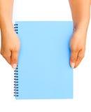 Mano de la mujer que sostiene el papel en blanco azul Imagenes de archivo