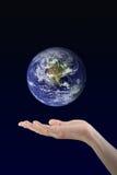 Mano de la mujer que sostiene el planeta de la tierra fotografía de archivo libre de regalías