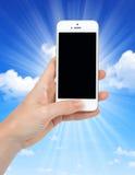 Mano de la mujer que sostiene el teléfono del iPhone 5S Smart de Apple Foto de archivo libre de regalías