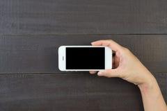 Mano de la mujer que sostiene el teléfono elegante Foto de archivo