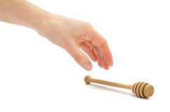 Mano de la mujer que sostiene la cuchara de la miel Fotos de archivo libres de regalías
