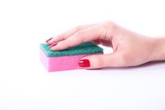 Mano de la mujer que sostiene la esponja de la limpieza Fotografía de archivo libre de regalías