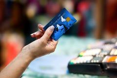 Mano de la mujer que sostiene la tarjeta de crédito Fotos de archivo