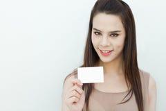 Mano de la mujer que sostiene la tarjeta negra Imagen de archivo