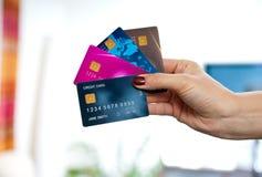 Mano de la mujer que sostiene tarjetas de crédito Imágenes de archivo libres de regalías