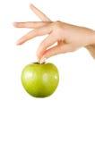 Mano de la mujer que sostiene una manzana Imágenes de archivo libres de regalías