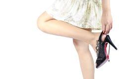 Mano de la mujer que toca su pie en zapatos de los altos talones. fotos de archivo libres de regalías