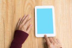 Mano de la mujer que usa el smartphone o la tableta, charla personal foto de archivo libre de regalías