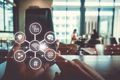 Mano de la mujer usando el smartphone o la tableta para hacer el mercado común del negocio, financiero o del comercio de las divi fotografía de archivo libre de regalías