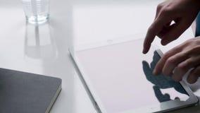 Mano de la mujer usando la tableta metrajes
