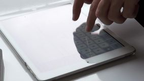 Mano de la mujer usando la tableta almacen de metraje de vídeo