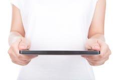 Mano de la mujer usando un dispositivo de la pantalla táctil. Fotografía de archivo libre de regalías