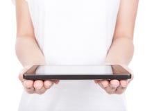 Mano de la mujer usando un dispositivo de la pantalla táctil. Imagenes de archivo
