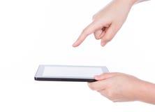 Mano de la mujer usando un dispositivo de la pantalla táctil. Fotos de archivo