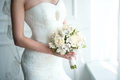 Mano de la novia con el ramo Foto de archivo libre de regalías