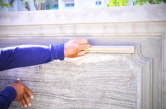 Mano de la paleta del uso del trabajador del constructor que enyesa el hormigón Imagenes de archivo