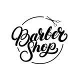 Mano de la peluquería de caballeros escrita poniendo letras al logotipo, etiqueta, insignia, emblema Imagen de archivo libre de regalías